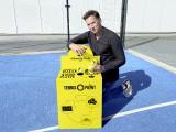 Tennis-Point Gründer und Geschäftsführer Christian Miele (45) fängt bereits an die ersten Bälle einzusammeln.