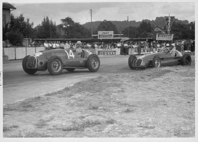 Der Motorsport war eine Domäne des Pirelli Stella Bianca. Beim Grand Prix von Lausanne 1949 liegt Alberto Ascari im Ferrari vor Emilio Giuseppe Farina  im Maserati.