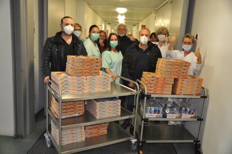 das Pflegeteam des Christophsbads beim Empfang der Pizzen