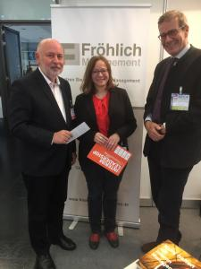 Foto 2: Expertenrunde: Edmund Fröhlich (li.), Bärbel Häckel von Management Angels und Stephan Warsberg von Beck Management trafen sich am Stand von Fröhlich Management. Foto: FM