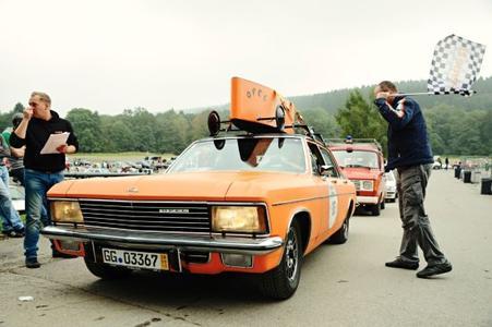 Hingucker bei der diesjährigen Creme 21: Opel Diplomat B mit 2,8-Liter-Sechszylinder in Orange mit orange-strahlender Seifenkiste auf schwarzem Vinyldach