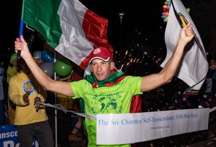 """Andrea Marcato siegt im Sri Chinmoy Self-Transcendence 3100 Mile-Race in Salzburg am 26. Oktober 2020 mit 43 Tagen, 12 Stunden und 7,5 Minuten und einem Vorsprung von über 500 km auf den Zweitplatzierten. Dazu sagt Andrea: """"Am Anfang war mein Ziel zu gewinnen, aber ab einem bestimmten Punkt dachte ich nur noch daran, mein Bestes zu geben. Von da an änderte sich alles. Das Race und die Beziehung zu den anderen Läufern wurde viel harmonischer, ich fühlte mich besser, war fröhlicher..."""""""