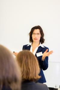 """Die """"Rekrutierung von Professorinnen als Gleichstellungsstrategie"""" war das Thema der Masterarbeit von Dr. Eva Lorentzen, das sie auf der HWM-Tagung vorstellte und diskutierte. Lorentzen ist Koordinatorin des Sonderforschungsbereichs 656 an der WWU Münster"""
