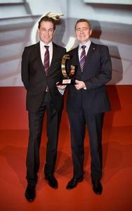 """Volker Koerdt (Chefredakteur Auto Zeitung, links) überreicht Karl-Friedrich Stracke (Vorstandsvorsitzender der Adam Opel AG) die Auto Trophy für den Opel Ampera. Bei der Leserwahl der """"Auto Zeitung"""" setzte sich der Ampera in der Kategorie Elektroauto klar gegen 17 Konkurrenten durch"""