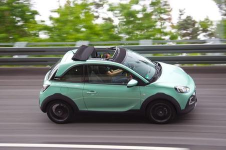 Nur Fliegen ist schöner: Auf der neu ausgebauten Hochgeschwindigkeits-Rundbahn des Opel Test Centers Dudenhofen zeigt der ADAM ROCKS, wie schnell er sprinten kann