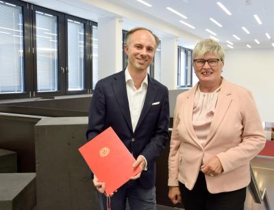 Prof. Dr. Stefan Veith mit Rektorin Prof. Dr. Karin Luckey bei der Übergabe der Ernennungsurkunde