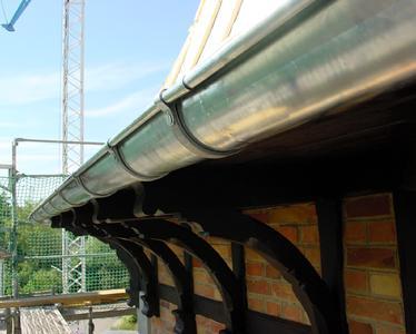 Besonders sensibel: Die Fachwerkkonstruktion muss durch eine zeitgemäße Wasserableitung geschützt werden, die auch die Vorgaben des Denkmalschutzes berücksichtigt.
