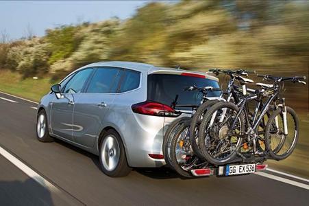 Für den Zafira Tourer (Bild) und den Astra Sports Tourer steht jetzt die weiterentwickelte, zweite Generation des innovativen Opel FlexFix-Fahrradträgersystem zur Verfügung. Sie erlaubt den Transport von bis zu vier Fahrrädern und macht so die Mitnahme der fahrbaren Untersätze in den Urlaub oder beim Wochenendausflug ins Grüne mit Familie und Freunden zu einer entspannten Angelegenheit