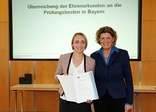 Kristina Schmehr (li) bei der Ehrung mit Christine Bruchmann, Vizepräsidentin der IHK Nürnberg für Mittelfranken, Foto: IHK Nürnberg für Mittelfranken