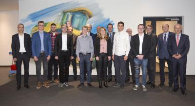 Die sieben besten Studierenden der Fahrzeugtechnik und des Maschinenbaus an der Hochschule Osnabrück freuten sich zusammen mit ihren Förderern und Professoren über die Auszeichnung mit den Krone-Stipendien (Foto: Dr. Bernard Krone Stiftung)