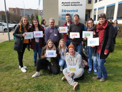 """Studiendekan Holger Kühl (obere Reihe, dritter von links) mit neun Studierenden der Sozialen Arbeiten bei der """"International University Week"""" an der tschechischen """"University of South Bohemia"""" in Budweis"""