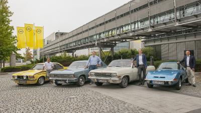 Gemeinsam zum Klassikertreffen: Rennfahrer Joachim Winkelhock, Oberbürgermeister Patrick Burghardt, Opel-Chef Michael Lohscheller und Opel-Kommunikationsdirektor Harald Hamprecht (v. links n. rechts)