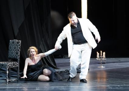 Gabrielle Mouhlen als Tosca und Nikoloz Lagvilava als Scarpia (Foto: Saad Hamza)