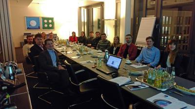 """Studierende des Studiengangs """"Wirtschaft und Recht"""" gemeinsam mit Prof. Carsten Kunkel (links, vorn) bei der Kanzlei CMS"""