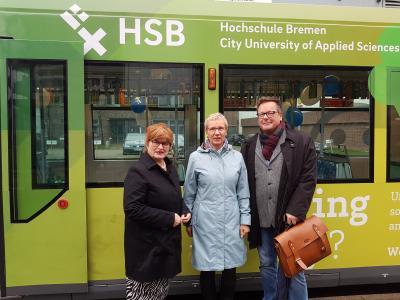 """Vor neugestalteten """"Hochschul-Straßenbahn"""" (v.l.): Rektorin Prof. Dr. Karin Luckey, Wissenschaftssenatorin Prof. Dr. Eva Quate-Brandt und BSAG-Unternehmenssprecher Jens-Christian Meyer (Foto: Hochschule Bremen)"""