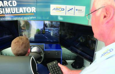 Im ARCD Fahrsimulator kann jeder selbst erleben, wie schnell Ablenkung am Steuer entsteht und welche Folgen sich daraus ergeben können (Foto: ARCD)