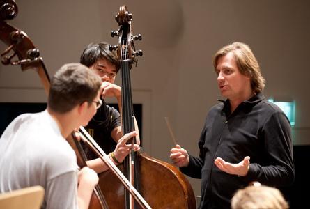 Der Chefdirigent der Deutschen Streicherphilharmonie, Wolfgang Hentrich, während der Probenarbeit mit Mitgliedern des Orchesters. Foto: © Mutesouvenir | Kai Bienert