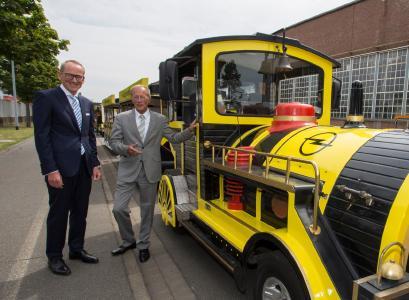 Großer Bahnhof: Opel-Chef Dr. Karl-Thomas Neumann und Staatsminister Axel Wintermeyer (rechts) starten zur Jungfernfahrt mit der Hessentagsbahn