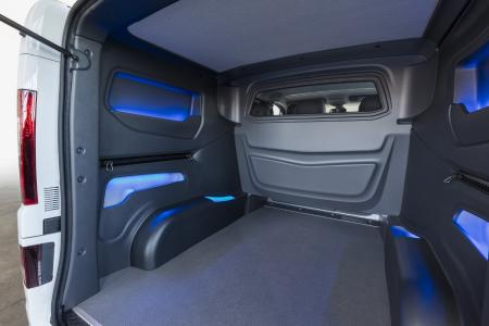 Wahre Größe auch im Gepäckabteil: Das optionale Design Cargo-Paket verleiht dem Laderaum mit dunkelgrauen Seitenverkleidungen, praktischen Staufächern und blauer Ambiente-Beleuchtung Stil und Schutz zugleich