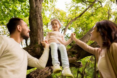 Kind mit Eltern, Baum / Fotolia