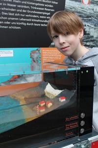 Niklas (6. Klasse Schulzentrum Ronzelenstraße) experimentiert mit den Folgen der Eisschmelze.