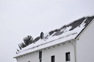 Schnell abtauender Schnee auf dem Dach kann ein erster Hinweis auf einen Optimierungsbedarf der Dämmung sein