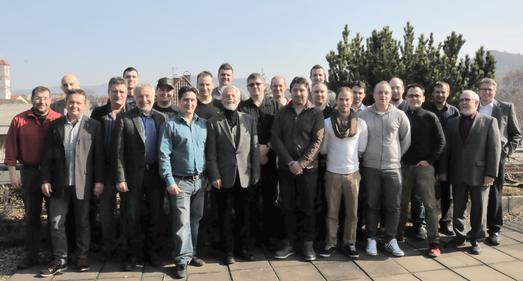 Der Meisterjahrgang 2013 im Installateur- und Heizungsbauerhandwerk und Mitglieder des Prüfungsausschusses. (Foto: Handwerkskammer)