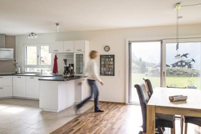 Idyll inmitten der Schweizer Alpen - Einfamilienhaus mit gelungenem Materialmix
