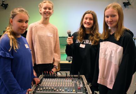 Sie wissen jetzt, wie bei Konzerten der richtige Sound und das passende Licht entstehen: Melissa, Luca, Anna und Emma (von links) haben beim Girls' und Boys' Day an der Hochschule einer Veranstaltungstechnikerin vom Institut für Musik über die Schulter geschaut