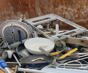Die Schrottabholung Wuppertal ist darauf spezialisiert, Schrott beim Kunden abzuholen und ihn den Wiederaufbereitungsanlagen nach einer entsprechenden Vorsortierung zu überlassen. Durch diese Tätigkeit wird gewährleistet, dass die wertvollen Bestandteile des Schrotts zurück in den Rohstoff-Kreislauf gelangen