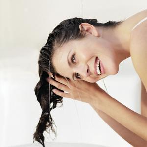 Trockene Haut führt häufig auch zu Problemen mit trockener, zu Juckreiz neigender Kopfhaut und spröden Haaren. Foto: Preval Dermatica