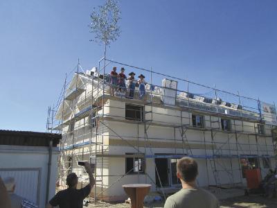 Im Rahmen eines innovativen Projekts haben Zimmerer-Azubis aus Rheinau-Linx und Wenden-Hünsborn bereits fünf Weber-Häuser gebaut