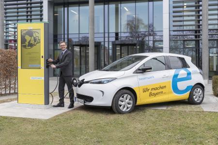 Bayernwerk-Vorstandsvorsitzender Reimund Gotzel will das Bayernwerk zum Motor für den Ausbau der E-Mobilität in Bayern machen. Das Unternehmen hat jetzt beschlossen, den gesamten Fuhrpark in den kommenden Jahren auf Elektrofahrzeuge umzustellen. Foto: obx-news/Bayernwerk AG