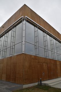 Mit markantem Design zum Energiesparen – die Fassade aus Holzelementen.
