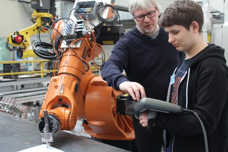 Ihm macht die Arbeit als Ingenieur sichtlich Spaß: Hermann Placke weiht seine Gäste in Geheimnisse der Werkstoffprüfung ein