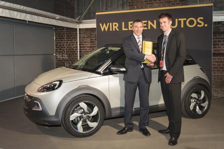 Bühnenreif: Vor der Studie Opel ADAM Rocks bekommt Andreas Marx (links), Direktor Marketing Opel Deutschland, den Plus X Award von Laudator und Jury-Chef Timm Sandmeyer © GM Company