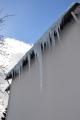 """Schöner, aber gefährlicher """"Eiszauber"""", der durch einen fehlenden Schneefang entstehen konnte.  Auch solche Eislasten sollten nur vom Dachdecker sicher entfernt werden."""