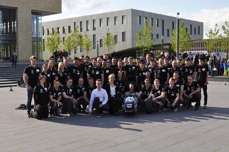 Das Ignition Racing Team der Hochschule Osnabrück präsentierte nach neun Monaten Entwicklungsarbeit seinen neuen Rennwagen. Rund 150 Gäste kamen zu dessen feierlichen Enthüllung. (Foto: IRT der Hochschule Osnabrück)