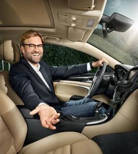 Stürmisch: BVB-Trainer Jürgen Klopp hat jede Menge Spaß mit dem Allrad-Star von Opel