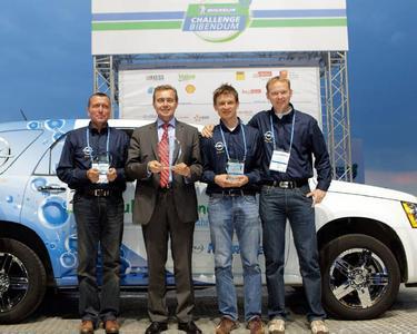 Stolze Preisträger : Bei der Challenge Bibendum in Berlin nahm Opel-Vorstandsvorsitzender Karl- Friedrich Stracke für den Hydrogen4 den Preis für das beste Brennstoffzellenauto in der Kategorie elektrische Serienfahrzeuge entgegen - auf unserem Bild eingerahmt vom Ampera- Team mit Jürgen Ziller (links), Lothar Trost (rechts) und Ricardo Juppe