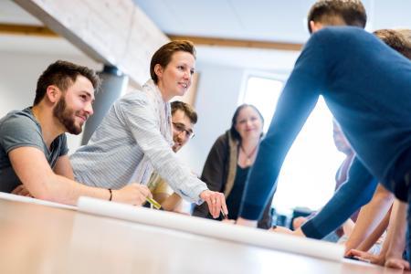 Neben dem Job BWL lernen: Das Weiterbildungsprogramm ZERTflex bietet Berufstätigen die Möglichkeiten, sich an Wochenenden mit den Grundlagen der Betriebswirtschaftslehre vertraut zu machen / Foto: Hochschule Osnabrück