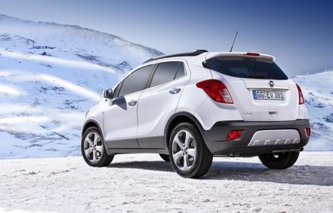 Die Modelle von Opel bieten vom adaptiven Allradantrieb über das Sicherheitslichtsystem AFL+ bis zur Lenkrad-/Standheizung moderne Technologien und Assistenzsysteme, die das Fahren bei schlechter Sicht, Dunkelheit, Schnee und Eis sicherer und komfortabler machen. Das im neue Opel Mokka (Bild) serienmäßige ESPPlus beinhaltet zudem die Traktionskontrolle der neuesten Generation, die dem Durchdrehen der Räder beim Beschleunigen per Brems- und Motoreingriff entgegenwirkt