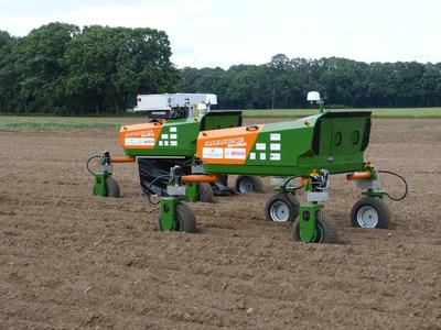 BoniRob, die autonome Feldroboter-Plattform, soll die Arbeit der Landwirte erlei chtern. Die gemeinsame Entwicklung der HS Osnabrück sowie der Firmen Deepfield Robotics und Amazone wurde jetzt mit dem Europäischen Technologietransfer-Preis ausgezeichnet