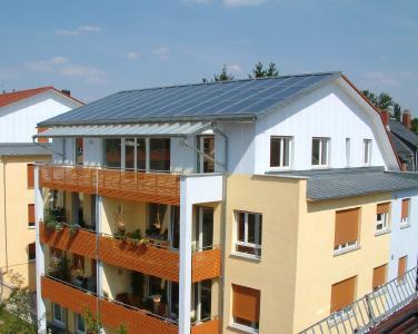 Gelernt ist gelernt: Dachdecker erschließen auf dem Wohnraum unter dem Dach mit der Solartechnik neue CO2-neutrale Energiequellen.