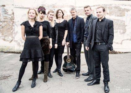 Das Morten Kargaard Septet aus Kopenhagen/Dänemark - ein wahrer Hybrid aus Elementen klassischer und rhythmischer Musiktraditionen entsteht, wenn Musiker aus beiden Welten in einer innovativen Zusammenarbeit aufeinandertreffen.