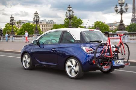 Klein, aber oho: Selbst der schicke Stadtflitzer Opel ADAM kann mit dem FlexFix-Fahrradträger ein Fahrrad bis maximal 30 Kilogramm Huckepack nehmen