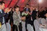 Günther Hertel überreicht Frau Barbara Lampe einen Blumenstrauß zum gemeinsamen Jubiläum