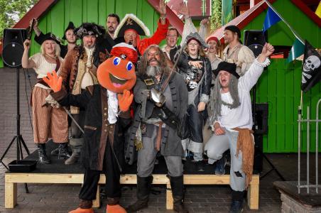Rückblick Piratentag 2018 in Kernie´s Familienpark/im Wunderland Kalkar: Die Piraten Kernie und Willi Girmes umringt von den Freibeutern des Pirates Action Theaters