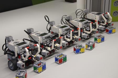 Auch der Studiengang Logistik setzt auf fahrbare Robotertechnik aus dem Modellbau, um die Studierenden auf Laborübungen mit originaler Praxistechnik vorzubereiten / Fotograf / Quelle: TH Wildau / Bernd Schlütter