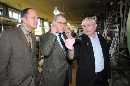 Sieghard Schwille (rechts) erklärt Präsident Joachim Möhrle (Mitte) und Hauptgeschäftsführer Joachim Eisert (links), was ein gutes Gartenmesser ausmacht